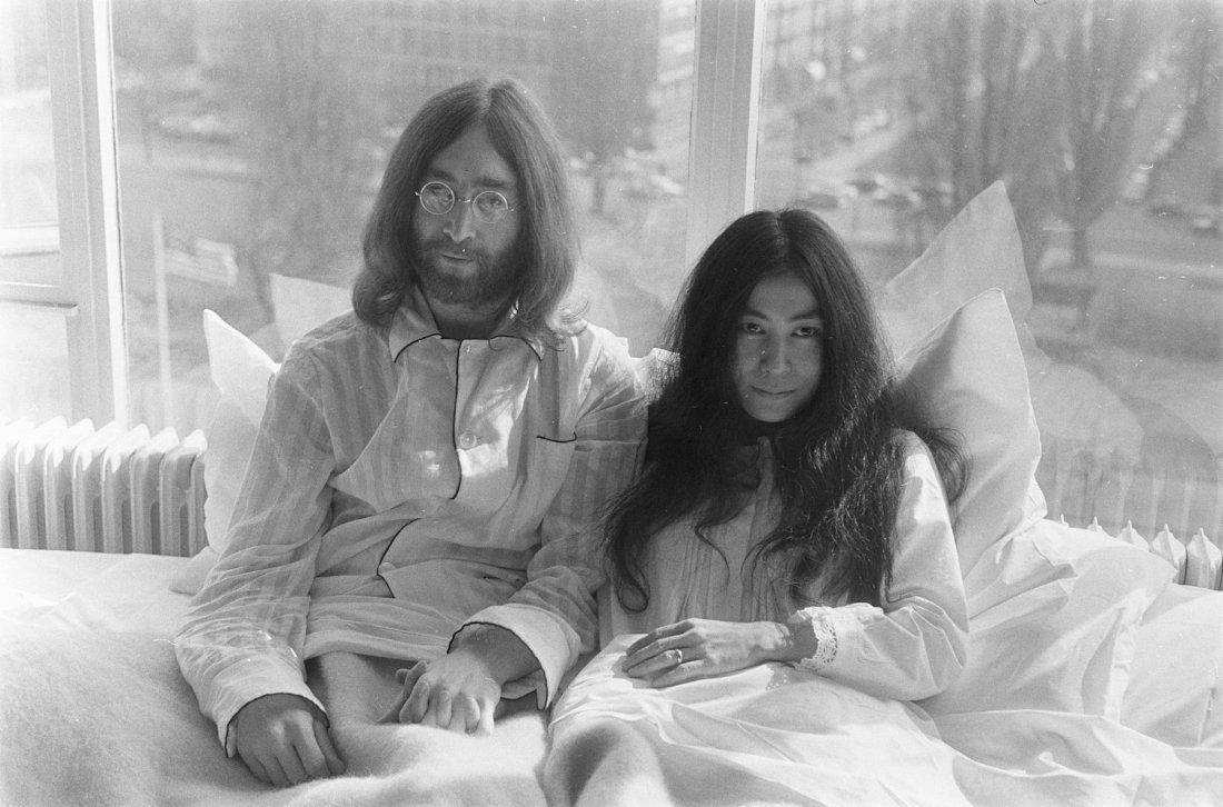 John_Lennon_en_zijn_echtgenote_Yoko_Ono_op_huwelijksreis_in_Amsterdam._John_Lenn,_Bestanddeelnr_922-2305